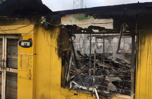 Nigerians respond to #XenophobiaInSouthAfrica, burn MTN Office in Ibadan